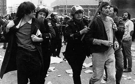اعتقال زن في مسيرة مناهضة لحرب فيتنام في الستينات