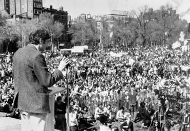 Howard Zinn addressing an antiwar rally on Boston Common in 1971..jpg